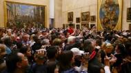 Bald nur noch dreißig Sekunden mit Reservierung: Bewunderer der Mona Lisa im Louvre.