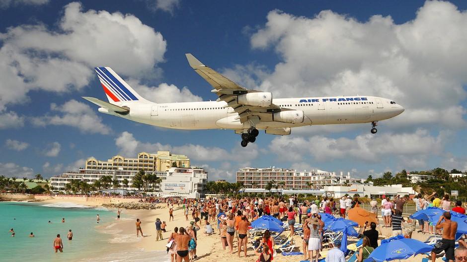 Zum Greifen nah: Eine Langstreckenmaschine aus Paris kurz vor dem Aufsetzen in Sint Maarten.