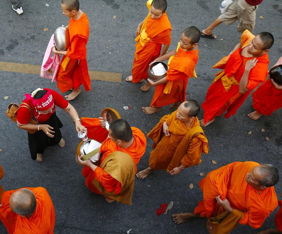 Den Mönchen Essensgaben zu spenden verbessert das Karma.