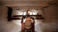 "So könnte es gewesen sein: Kapitän Hezekiah Coffin an seinem Schreibtisch im Bauch der ""Beaver""."