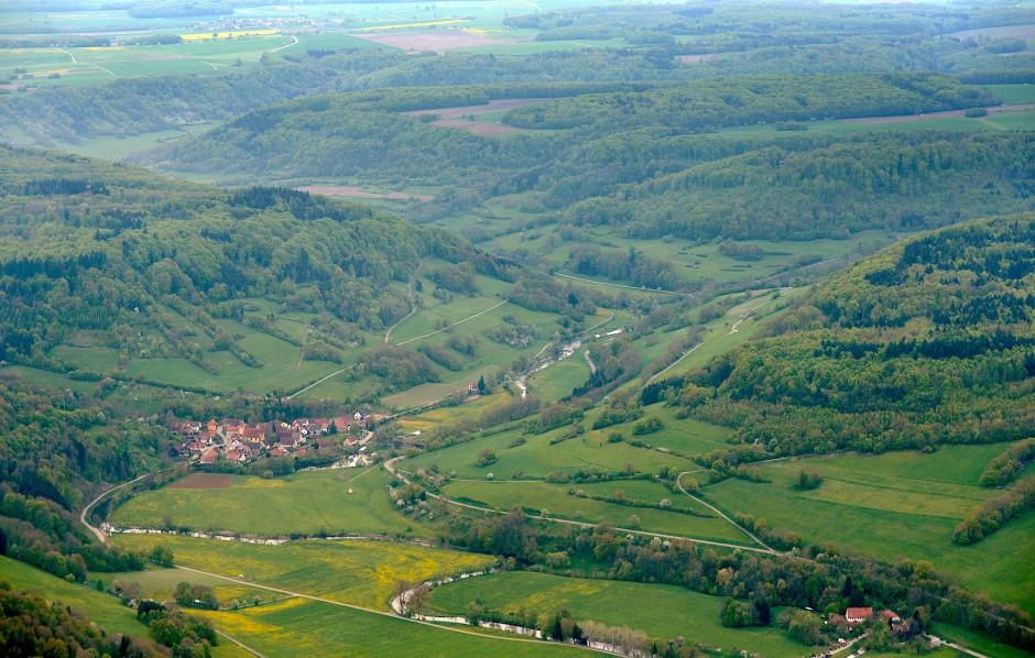 Noch einmal fällt der Blick weit über das Hohenloher Kulturlandschaftsmosaik: Luftaufnahme von Unterregenbach.