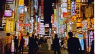 Tokio bei Nacht: Alle sind fein. Niemand kotzt, schubst, pöbelt. Japan wirkt entsetzlich überlegen.