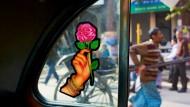 Das Chaos blüht nicht nur, es wuchert in Kalkutta. Es hilft nichts, jeder hier muss sich mitreißen lassen vom Strom der Menschen in den Straßen.