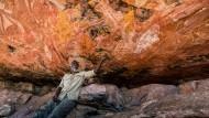 Versteinerte Geschichte: Auf dem Injalak Hill in Arnhemland lehnt Gary unter dem gemalten Ahnenkosmos der Aborigines. Er ist einer der wenigen, der die Erzählungen noch lesen kann.