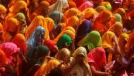 """Geschlechter tollen: Beim """"Fest der Farben"""" bespritzen die Männer die Frauen mit Farbe, wie hier in Nordindien"""