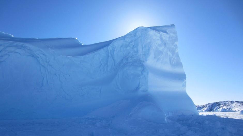 Wo gewohnte Maßstäbe fehlen: Wie hoch die Eisberge in den Himmel ragen und wie weit die Landzunge entfernt liegt, ist in Grönland schwer zu ermessen.