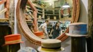 """Neukölle Alaaf! Im Hutladen """"Crop Cosecha"""" gibt es nicht nur bunte Zylinder nach Maß. Rechts im Bild: Moritz Wolfgruber, der Designer."""