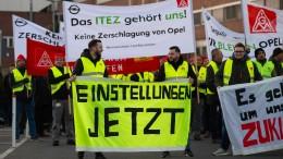 Opel-Mitarbeiter demonstrieren gegen geplanten Teilverkauf