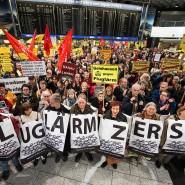 Standhaft: Fluglärmgegner während einer Montags-Demonstration im Terminal 1 in Frankfurt
