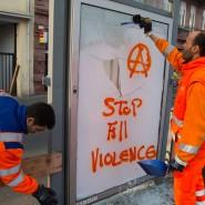 Wunden: Arbeiter entfernen eine zerstörte Werbefläche an der Haltestelle Ostendstraße. Der Mittwoch hat Spuren hinterlassen - nicht nur der Verwüstung, sondern auch bei jenen, die Gewalt mitansehen mussten.