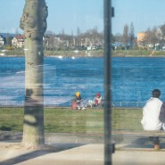 Paarweise: Unter Beobachtung der Corona-Vorgaben lässt es sich auch an Ostern etwa am Mainzer Rheinufer verweilen