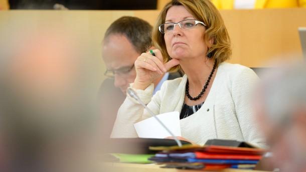 Opposition attackiert Umweltministerin Hinz