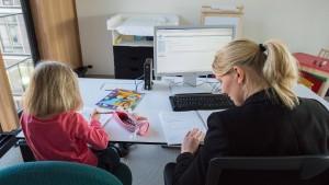 Der Bürostuhl wird mitunter zum Kinderkarussell