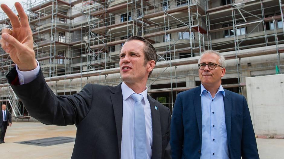 Fingerzeig: Al-Wazir (rechts), hier mit Offenbachs OB Schwenke vor einem Neubauvorhaben, sieht im Großen Frankfurter Bogen ein Potential von bis zu 200.000 Wohnungen