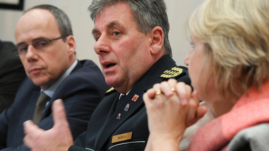 Zurückgetreten: Landespolizei-Chef Münch (Mitte), hier mit Innenminister Beuth und Sabine Thurau, Präsidentin des Landeskriminalamts