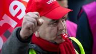 Kämpferisch: Am Mittwoch könnten in Hessen 45.000 Beschäftigte des öffentlichen Dienstes ihre Arbeit niederlegen. Sie verlangen 5,5 Prozent mehr Gehalt.
