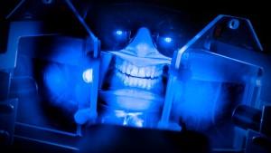 Roboter an der Bürste, Kügelchen in der Zahnpasta
