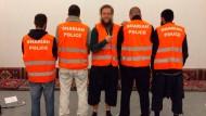 """Selbsternannte Sittenwächter: In Wuppertal war eine Gruppe von Männern als """"Scharia-Polizei"""" unterwegs, wie dieses auf Facebook veröffentlichte Foto zeigt."""