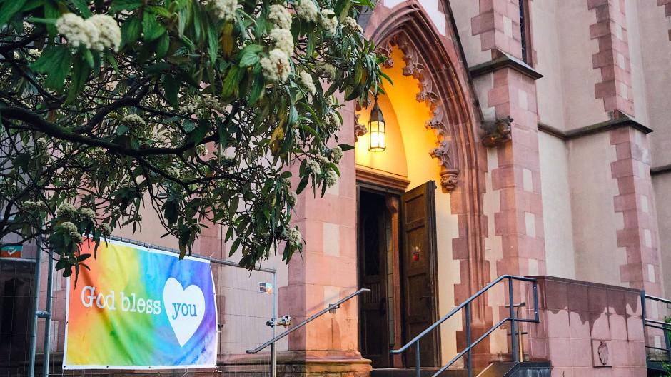 Alle Paare willkommen: der Eingang der Familienkirche St. Mauritius in Frankfurt