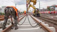 Vorarbeiten: Im Bahnhof Frankfurt Süd werden die neuen Weichen für den S-Bahn-Tunnel montiert und gestapelt