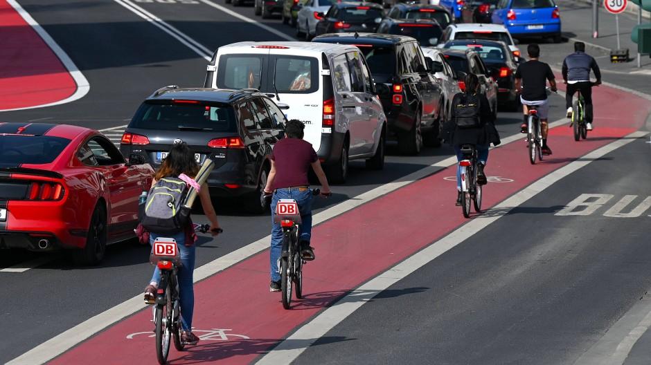 Immer mehr Menschen steigen in Corona-Zeiten aufs Rad um: Der ADFC bemängelt den schleppenden Ausbau von Radwegen durch die Kommunen.