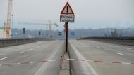 Die IHK sieht einen Millionenschaden, täglich: gesperrte Schiersteiner Brücke