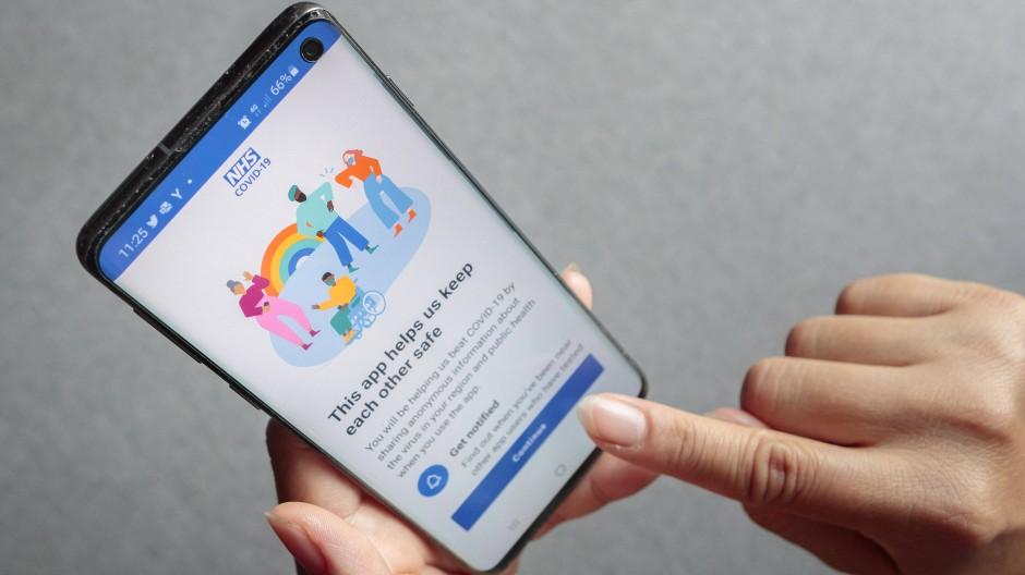 Vorreiter: Der britische Gesundheitsdienst NHS hat eine Nachverfolgungs-App seit dem Sommer 2020 in Betrieb, auch Alsfelder Unternehmer bieten so etwas an