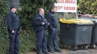 Vergangenheit: Das Hells-Angels-Schild, das einst an dem Anwesen in Wettenberg angebracht war, ist entfernt worden - hier eine Aufnahme nach dem Tötungsdelikt