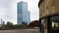 Fremdkörper: Im Westend waren nur vier Geschosse erlaubt, aber die Stadt sah das nicht so eng - 96 Meter misst das Hochhaus am Park.
