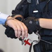 Nicht mehr in Haft: Ein Polizist öffnet einem Mann die Handschellen (Symbolbild).
