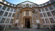 Das Landgericht Frankfurt verurteile einen Studenten, der Anfang des Jahres nach Syrien in den Dschihad ausreisen wollte, zu einer Haft von 18 Monaten auf Bewährung.