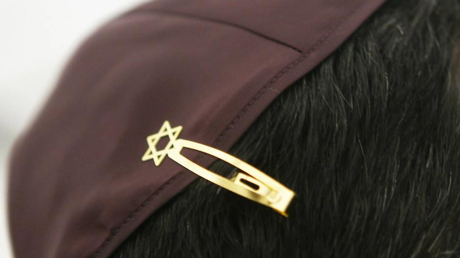 Bekenntnis: Ein Rabbiner trägt eine Kippa, die er mit einer Klemme inklusive Davidstern in seinem Haar befestigt hat
