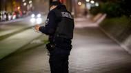 Auf Patrouille: Eine Polizeibeamtin kontrolliert die Einhaltung der Corona-Regeln in Offenbach.