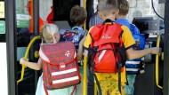 Um auch zur Schule zu kommen, sind viele Kinder auf dem Land auf den Bus angewiesen. Das zeigt sich auch in den Nutzerzahlen des RMV.