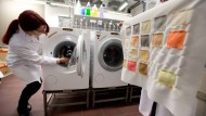 Sauberfrau: Chemikerin von Clariant in Höchst testet neue Waschzusätze des Unternehmens auf ihre Reinigungskraft an Farblappen