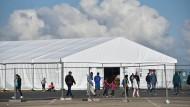 Asylbewerber schlagen auf Sicherheitspersonal ein