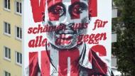 """Nicht nur Fassade: das Wandgemälde gegen Rassismus in Niederrad mit der Aufschrift """"Wir schämen für alle, die gegen uns schreien"""""""