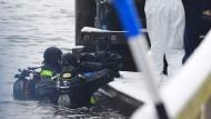 Grausige Entdeckung: Am Montag suchten Polizeitaucher nach weiteren Taschen im Traunsee, nachdem am Tag zuvor ein Koffer mit Leichenteilen gefunden wurde.