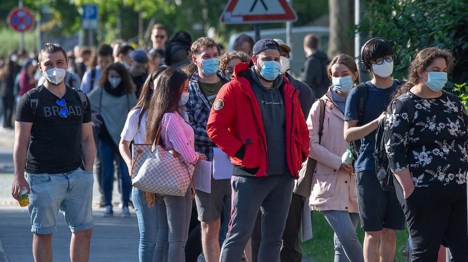 Anstand: Studierende warten in Mainz auf ihre Corona-Impfung