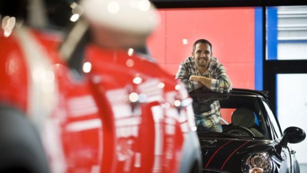 Berufliche Rehabilitation - Daniel Crespi konnte nach einem Unfall seinen gelernten Beruf nicht mehr ausüben und machte beim Berufsförderungswerk Frankfurt am Main eine Weiterbildung. Heute ist er Deutschlands erfolgreichster Mini-Verkäufer.