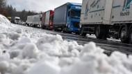 Kaltstart: Der April hat in einigen Teilen Hessens mit Schnee begonnen. Auf der A5 bei Machtlos musste der Winterdienst auf die Strecke.