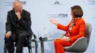 """""""Wir sind weiter dabei"""": Wolfgang Schäuble und Nancy Pelosi am Freitag auf der Münchner Sicherheitskonferenz"""