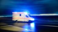 Einsatz: Die Rentnerin lag schwer verletzt auf dem Bürgersteig in Darmstadt, beim Eintreffen des Notarztes war schon tot, wie es heißt (Symbolbild).