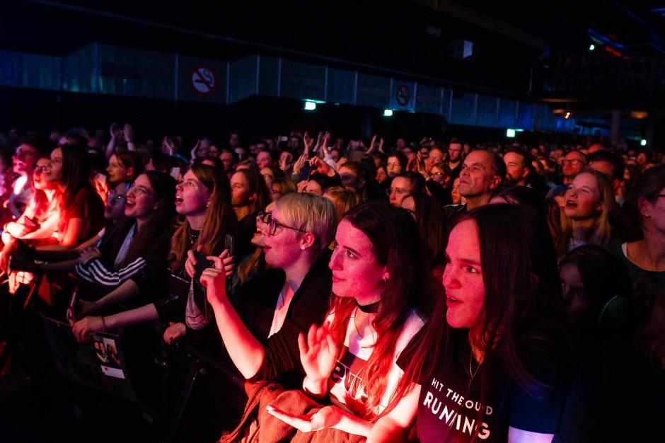 Generationenübergreifend: das Publikum in der Batschkapp bestand beileibe nicht nur aus jungen Frauen und ebensolchen Männern, auch wenn es so wirkt
