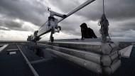 Fensterputzer mit Gondel – Höhenretter der Frankfurter Feuerwehr mussten zwei seiner Berufskollegen aus einem defekten Gerät helfen