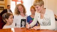 Trug sich im Goldenen Buch der Stadt ein und signierte eine goldene Smartphone-Hülle: GNTM-Siegerin Kim Hnizdo