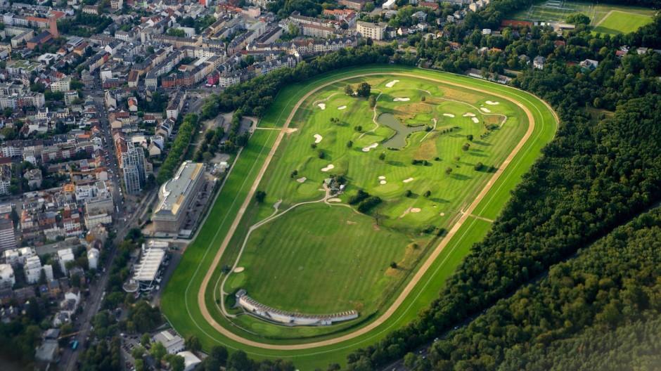 Die Luftaufnahme zeigt das Areal der Rennbahn mit dem Golf Club im Inneren, links sind die Tribüne und der Hotelneubau zu erkennen.