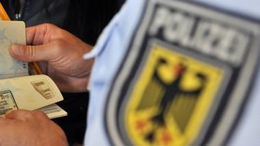 Genauer Blick: Am Frankfurter Flughafen hat die Bundespolizei eine Frau daran gehindert, mit ihren Kindern in den Iran auszureisen (Symbolbild)
