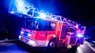 Löscharbeiten: Bei dem Feuer entstand ein Schaden von etwa 300.000 Euro (Symbolbild).