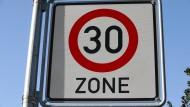 30 Sachen reichen bisweilen: Das hessische Verkehrsministerium ermutigt die zuständigen Behörden, mehr Tempolimits einzurichten